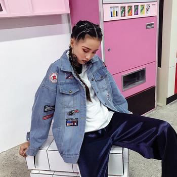 Κομψό τζιν γυναικείο μπουφάν  με εφαρμογές κατάλληλες για τη καθημερινή ζωή