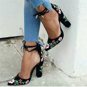 Дамски ежедневни обувки на висок дебел ток с римски връзки около глезена и шарена флорална бродерия