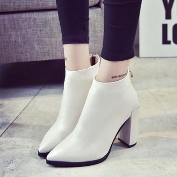 Κομψές, απλές γυναικείες μπότες με φερμουάρ και με ψηλό τακούνι