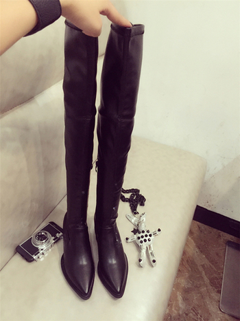Μοντέρνες γυναικείες μπότες με  παχύ τακούνι