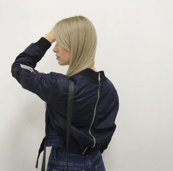 Γυναικείο μπουφάν με ένα ενδιαφέρον φερμουάρ στο πίσω μέρος