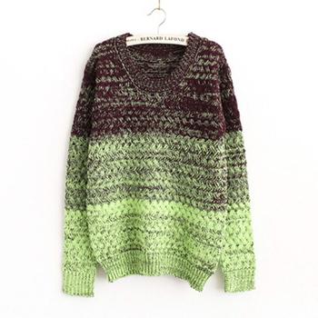 Цветен дамски пуловер в преливащи цветове, подходящ за студените дни