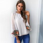 Ежедневна дамска блуза в свободен модел с флорална бродерия