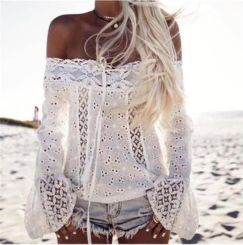 Красива дантелена дамска риза в бял цвят с голи рамене и в свободен стил
