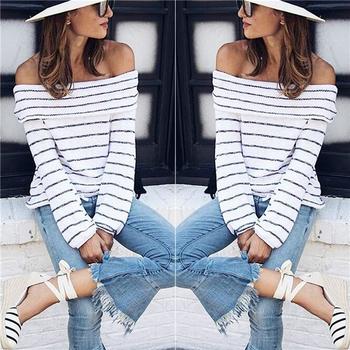 Много стилен дамски ежедневен пуловер с голи рамене и семпли райета