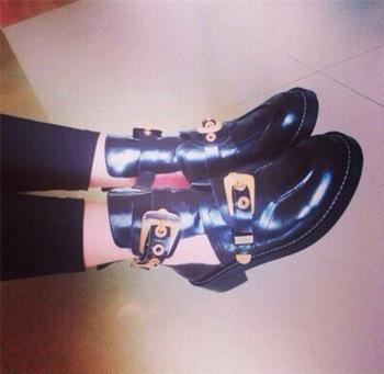 Τρέχουσες και πολύ κομψές γυναικείες  μπότες σε μαύρο χρώμα με ενδιαφέρουσες πόρπες