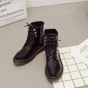 Απλές και κομψές casual γυναικείες μπότες με αντιολισθητική σόλα και βερνικωμένα μοτίβα