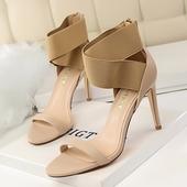 Много елегантни и красиви дамски сандали на висок ток с ластични кръстосани каишки