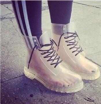 Διαφανείς γυναικείες μπότες από καουτσούκ με πολύχρωμες σόλες σε διάφορα χρώματα