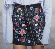 Стилна дамска пола от изкуствена кожа с интересен цип и шарени флорални бродерии