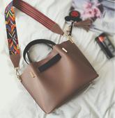 Много стилна дамска чанта с шарена дълга връзка