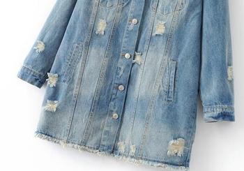 Много актуално и стилно дълго дамско дънково яке с шарени десени и разпокъсани мотиви