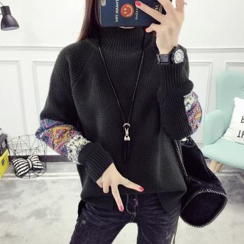Зимен пуловер за дамите с цветен мотив на ръкава и поло яка, в широк модел
