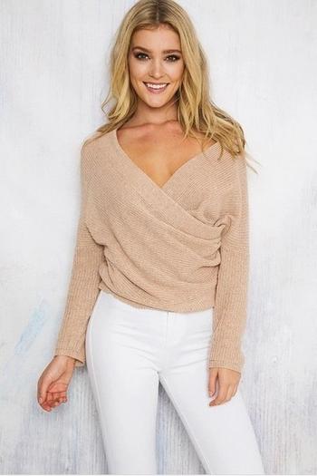Актуален дамски пуловер с дълбоко V-образно деколте и дълъг ръкав