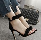 Изключителни дамски сандали на висок ток с много стилна закопчалка около глезена
