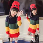 Стилен и дълъг детски пуловер в шарен цвят, подходящ за студените дни