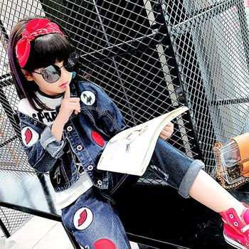 Много стилен детско актуален комплект за момичета - дънково яке + дънки с апликации