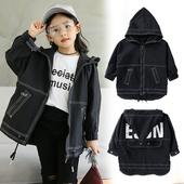 Интересно детско яке в широк и дълъг модел с качулка и надпис на гърба
