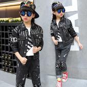 Много стилен детски комплект за момичета в тъмен цвят - дънково яке и дънкови панталони с надписи и накъсан мотив