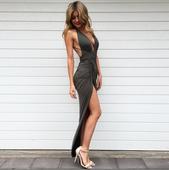 Много секси и изключително модерна дамска дълга рокля с интересна цепка и V-образно дълбоко деколте