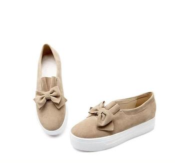 Πολύ άνετα casual γυναικεία παπούτσια με μια ενδιαφέρουσα και πολύ όμορφη  κορδέλα 1a33d2e8733