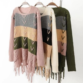 Модерен и стилен дамски пуловер в преливащи цветове с О-образна яка и интересни реснички