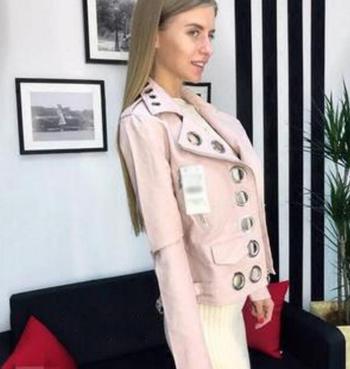 Γυναικείο μπουφάν από τεχνητό δέρμα με πολλά ενδιαφέροντα μεταλλικά στολίδια