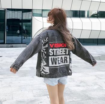Стилно дънково яке за дамите с надписи на гърба в сив цвят, подходящо за ежедневие