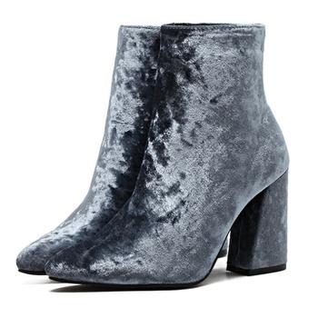 Κομψές γυναικείες μπότες από τεχνητό δέρμα σε μαύρο και καφέ χρώμα με τακούνι