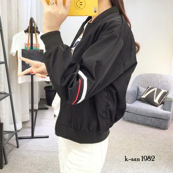 Γυναικείο αθλητικό μπουφάν κατάλληλο για κρύες μέρες σε λευκό και μαύρο χρώμα με εφαρμογή