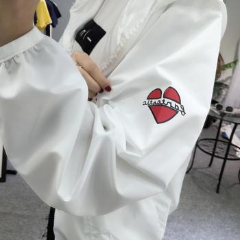 Αθλητικό γυναικείο μπουφάν σε ευρύ μοτίβο με κουκούλα σε δύο χρώματα