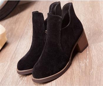Γυναικείες μπότες με παχύ τακούνι και με φερμουάρ