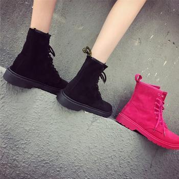 Γυναικείες μπότες  με ανθεκτική σόλα σε  μαύρο και  φούξια χρώμα