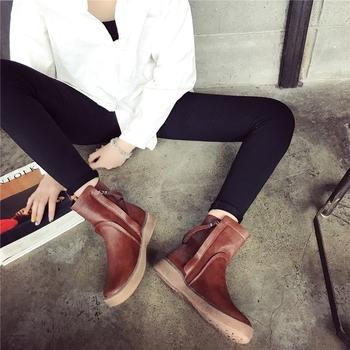 Πολύ μοντέρνες casual γυναικείες μπότες με επίπεδη σόλα