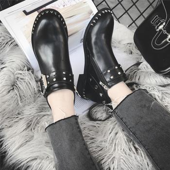 Κομψές γυναικείες μπότες με  πόρπη και μεταλλικά πριτσίνια