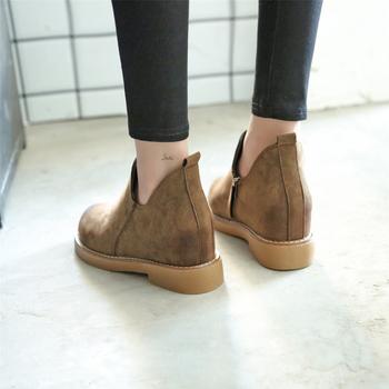 Μοντέρνες κομψές  γυναικείες μπότες σουέτ