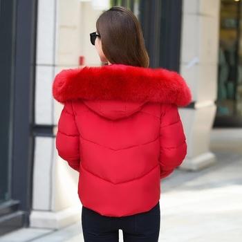 Стилно зимно късо яке за дамите с апликация и пух