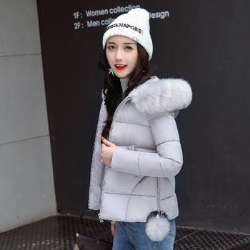 Όμορφο γυναικείο μπουφάν με χνουδωτή κουκούλα και χνουδωτές χάντρες