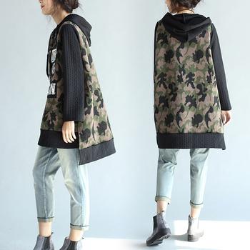 Стилен дълъг дамски пуловер с асиметрична дължина в камуфлажен цвят с надпис и качулка