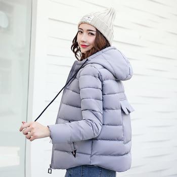 Γυναικείο κοντό μπουφάν σε ενδιαφέρον σχέδιο και με τσέπη στο πίσω μέρος 47d35a94027