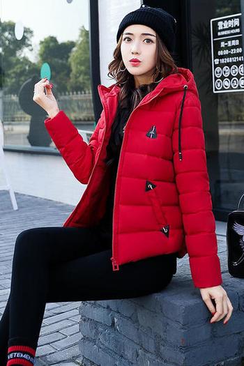 Γυναικείο κοντό μπουφάν σε ενδιαφέρον σχέδιο και με  τσέπη στο πίσω μέρος