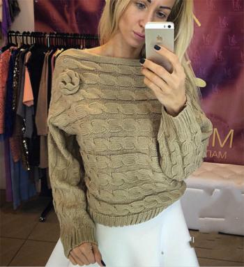 Стилен дамски пуловер с паднало голо рамо, няколко различни цвята