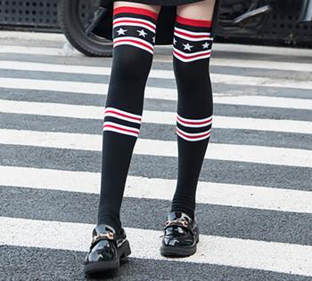 Актуални и супер хитови дамски дълги чорапи с шарени десени