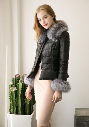 Χειμερινό γυναικείο μπουφάν σε μαύρο χρώμα με γούνα στο  κολάρο και στα  μανίκια