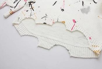Страхотен дамски ежедневен пуловер с паднало голо рамо и шарени десени