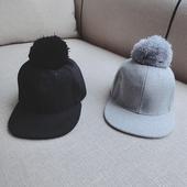Стилна есенна шапка за момчета и момичета в сив и черен цвят с пухче