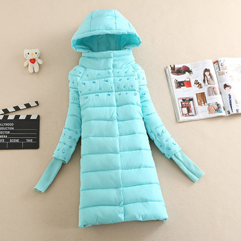 Ένα υπέροχο χειμωνιάτικο γυναικείο μπουφάν με κουκούλα και λαμπερές πέτρες