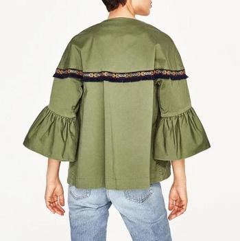 Ένα λεπτό, casual, γυναικείο μπουφάν με ένα μη κανονικό μανίκι