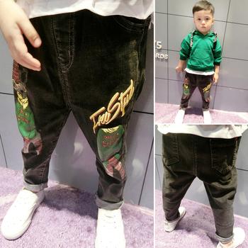 Красиви детски дънки за момчета с апликации в черен цвят