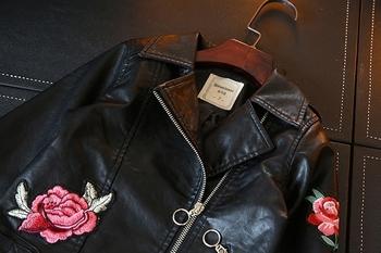 Актуално детско яке за момичета от изкуствена кожа с флорална бродерия
